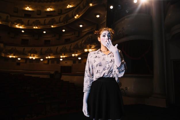 Portrait des entsetzten weiblichen pantomimen, der im auditorium steht