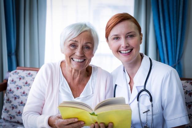 Portrait des glücklichen doktors und des patienten