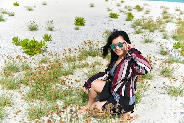 Portrait des glücklichen schönen mädchens in sandbankinsel
