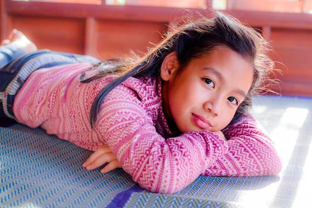 Portrait des hübschen jugendlichmädchens.