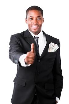 Portrait des jungen erfolgreichen geschäftsmannes, der sich daumen zeigt