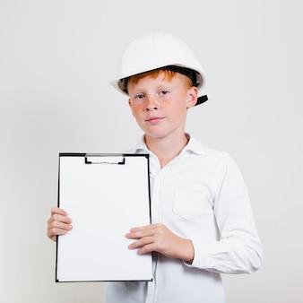 Portrait des jungen kindes mit sturzhelm