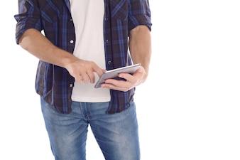 Portrait des jungen Mannes, der Tablette verwendet.