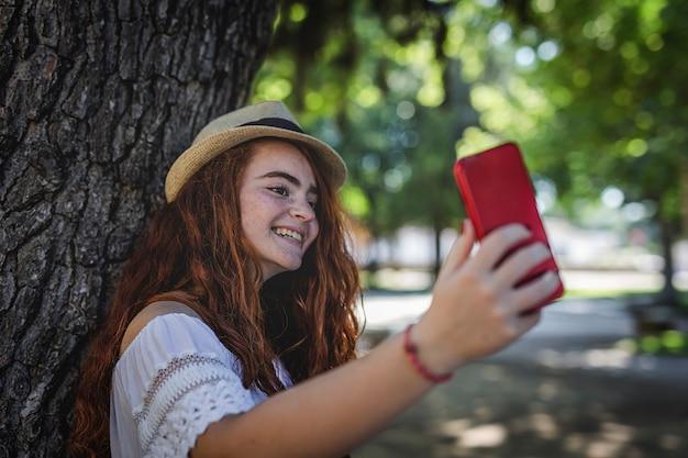 Portrait des jungen schönen glücklichen redheadmädchens