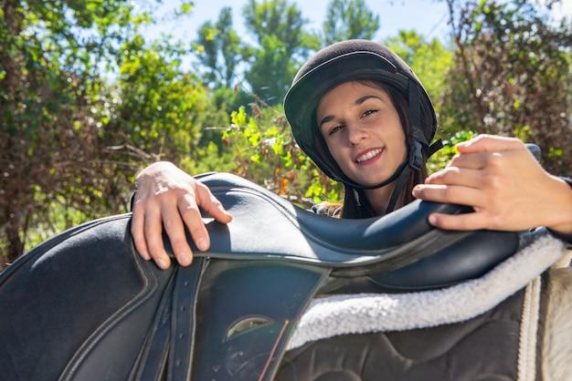 Portrait des jungen weiblichen mitfahrers
