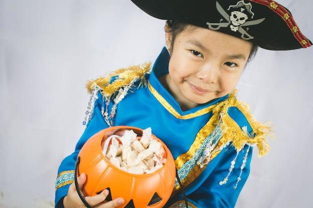 Portrait des kleinen mädchens im pirat