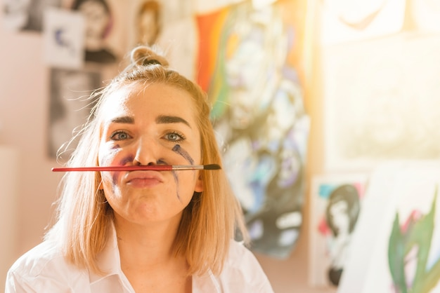 Portrait des künstlerischen mädchens