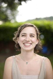 Portrait des lachens der jungen frau
