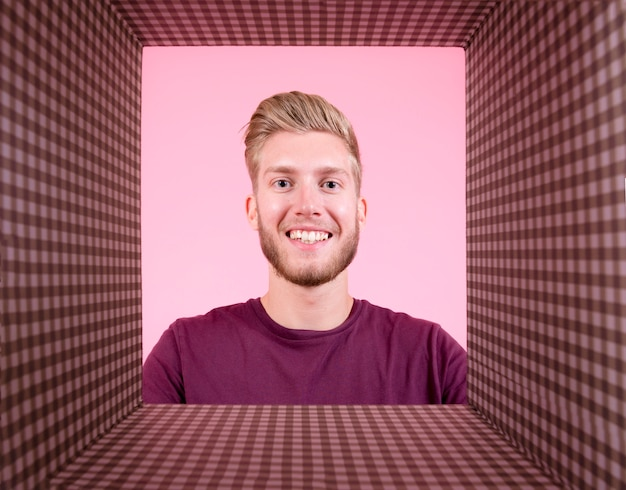 Portrait des lächelnden jungen mannes mit kariertem hintergrund