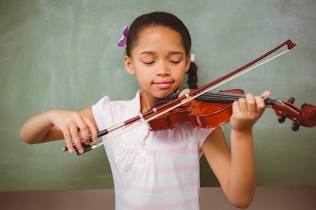 Portrait des netten kleinen mädchens, das violine spielt