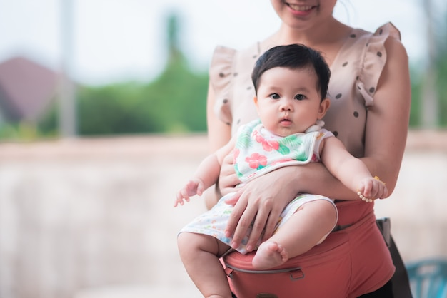 Portrait des netten schätzchens mit ihrer mamma