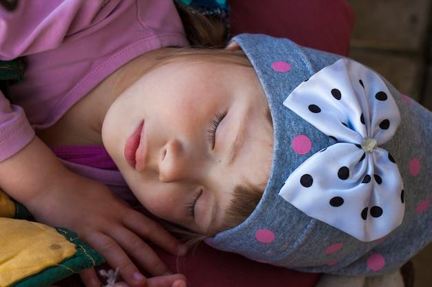 Portrait des schlafenden kleinen mädchens