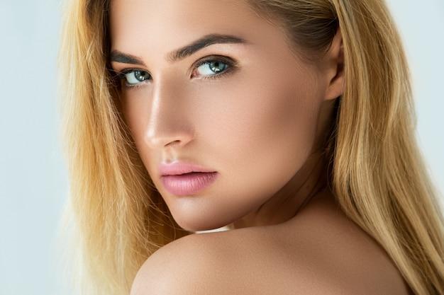 Portrait des schönen blonden mädchens
