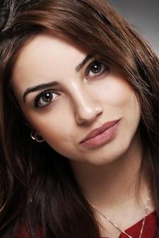 Portrait des schönen brunette mit dem langen haar