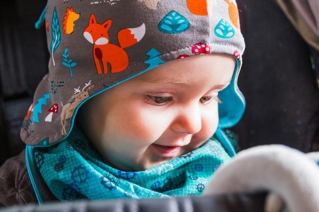 Portrait des schönen lächelnden netten babys