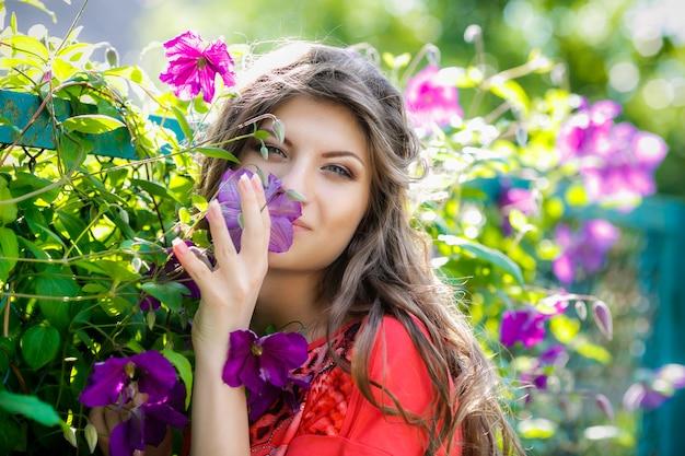 Portrait des schönen mädchens in den violetten blumen