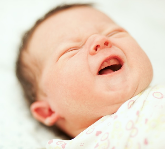 Portrait des schreienden neugeborenen schätzchens