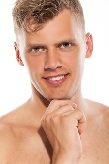 Portrait des stattlichen blanken kerls
