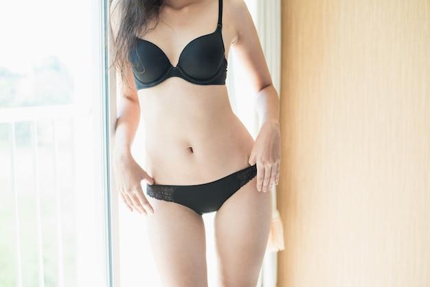 Portrait des tragenden bikini der reizvollen jungen frau baumuster