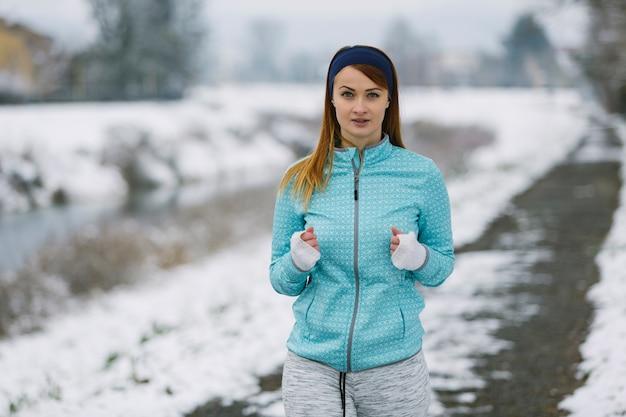 Portrait des weiblichen athleten im winter