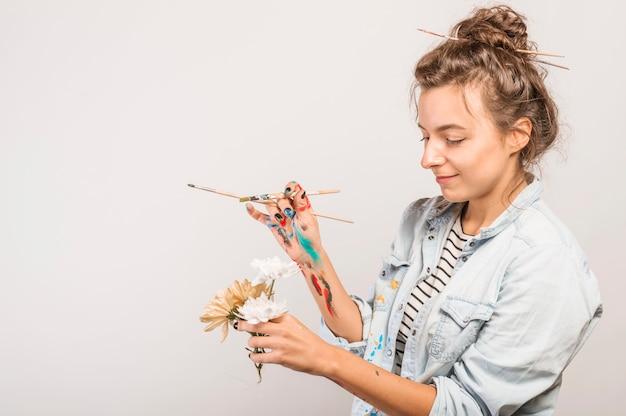 Portrait des weiblichen künstlers mit malerpinseln