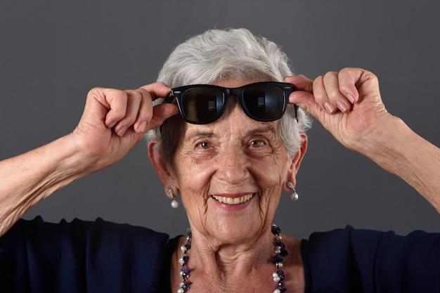 Portrait einer älteren frau mit sonnenbrillen