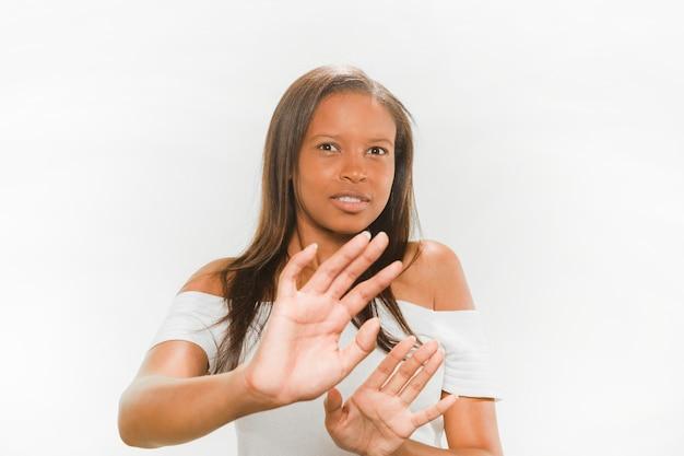 Portrait einer afrikanischen jugendlichen, die sich verteidigt