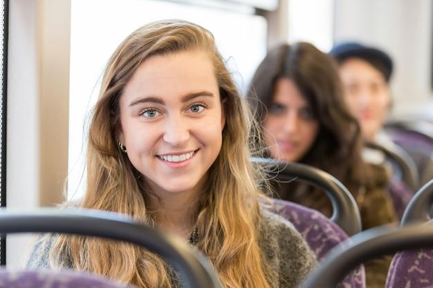 Portrait einer blonden frau in einem bus