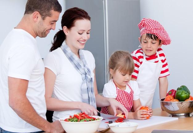 Portrait einer entzückenden familie, die eine mahlzeit vorbereitet