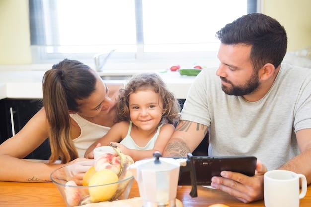 Portrait einer familie, die am morgen frühstückt