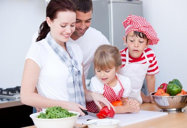 Portrait einer familie, die eine mahlzeit vorbereitet