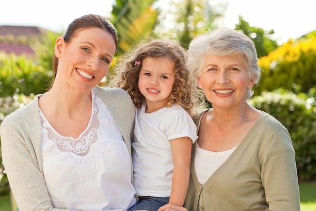 Portrait einer familie, welche die kamera betrachtet