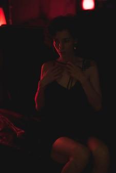 Portrait einer frau in einer dunklen bar