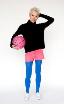 Portrait einer frau mit einem rosafarbenen basketball