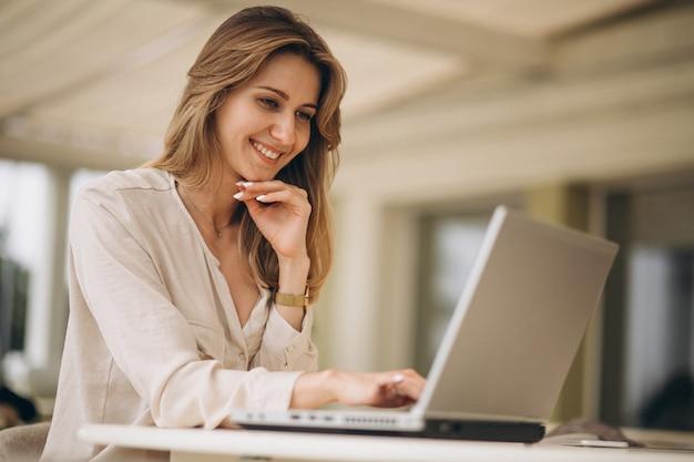 Portrait einer geschäftsfrau, die an laptop arbeitet
