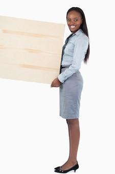 Portrait einer geschäftsfrau, die eine platte anhält