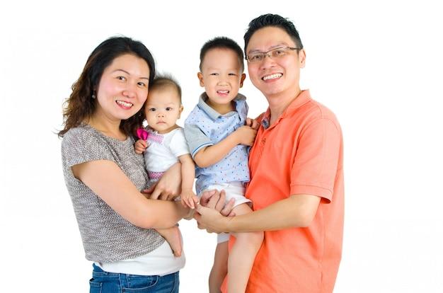 Portrait einer glücklichen asiatischen familie