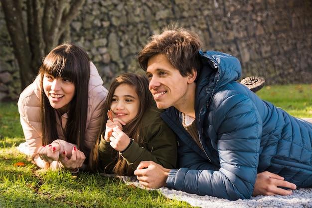 Portrait einer glücklichen familie, die ihren tag im park genießt
