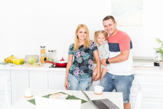 Portrait einer glücklichen familie in der küche