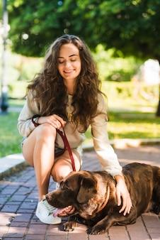 Portrait einer glücklichen frau mit ihrem hund