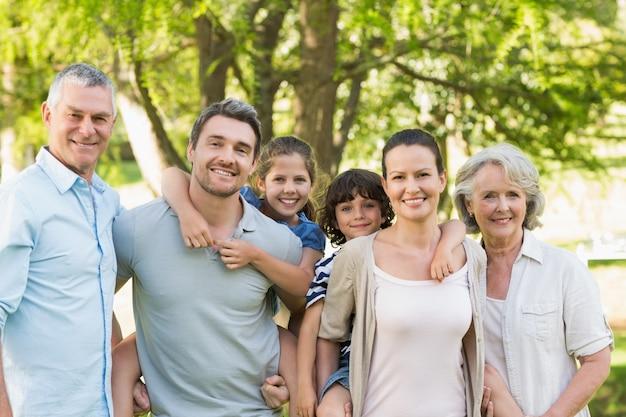 Portrait einer glücklichen großfamilie im park
