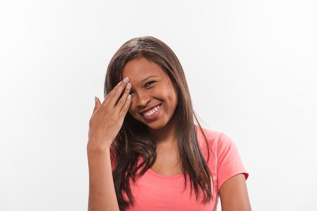 Portrait einer glücklichen jugendlichen mit der hand auf kopf