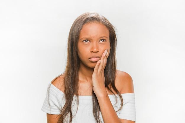 Portrait einer jugendlichen, die unter zahnschmerz leidet