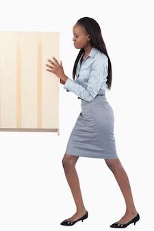 Portrait einer jungen geschäftsfrau, die eine platte drückt