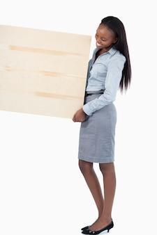 Portrait einer lächelnden geschäftsfrau, die eine platte anhält