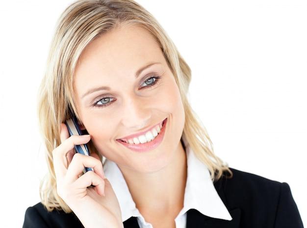 Portrait einer leuchtenden geschäftsfrau, die am telefon spricht