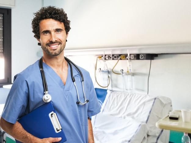 Portrait einer medizinischen arbeitskraft, die ein dokument anhält
