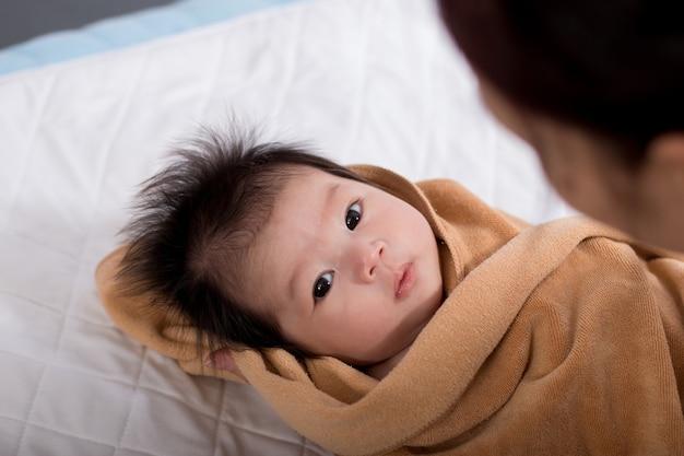 Portrait einer mutter mit ihrem neugeborenen schätzchen.