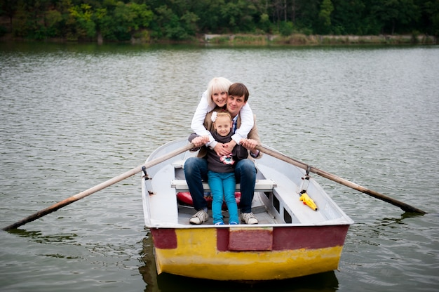 Portrait einer netten familie auf dem boot