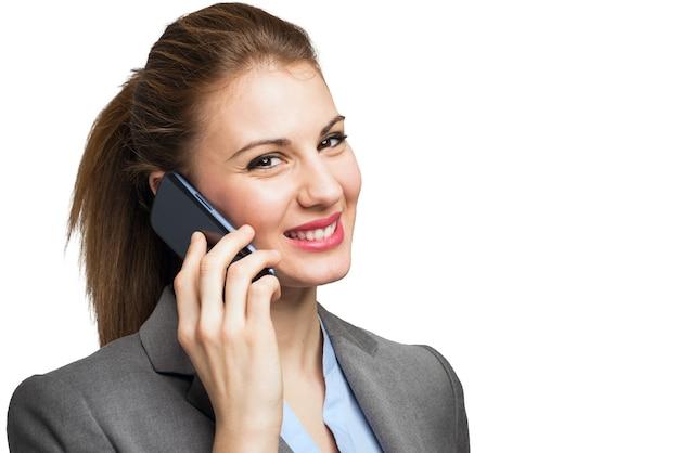 Portrait einer schönen frau, die am telefon spricht